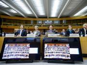 Das Genfer Stadtparlament diskutierte am Dienstagabend über die Spesenexzesse der Stadtregierung. Guillaume Barazzone, Sandrine Salerno, Sami Kanaan, Esther Alder und Remy Pagani (von links) hörten zu. (Bild: KEYSTONE/SALVATORE DI NOLFI)