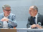 Das Bundesamt für Kommunikation (Bakom) hat das Mediensystem unter die Lupe genommen. Im Bild Bernard Maissen, Leiter der Abteilung Medien (rechts), und Stefan Thommen, Mitglied der Geschäftsleitung von Publicom. (Bild: KEYSTONE/MARCEL BIERI)