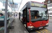 Der Bus 908, der «Rote Arnold», macht auf dem Weg nach Konstanz Halt in Kreuzlingen. (Bild: Nana do Carmo, 28. Februar 2013)
