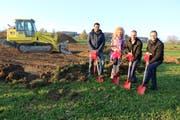 Beginn der Bauarbeiten mit Hugo Brüschweiler von der BLP Baumanagement AG, Monika und Christoph Girsberger sowie Gemeindepräsident Andreas Opprecht. (Bild: Martin Sinzig)