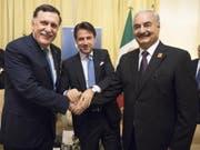 Handshake für die Kameras (von links nach rechts): der starke Mann im Osten Libyens, Khalifa Haftar, der italienische Ministerpräsident Giuseppe Conte und der hauptsächlich in Tripolis handlungsfähige offizielle libysche Regierungschef Fayez al-Sarradsch in Palermo. (Bild: KEYSTONE/EPA CHIGI PALACE/CHIGI PALACE/FILIPPO ATTILI HANDOUT)