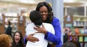 Michelle Obama stellt an ihrer ehemaligen Schule ihr Buch «Becoming» vor. (Bild: AP Photo/Teresa Crawford)