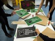 Mitarbeiterinnen einer Kindertagesstätte bereiten Plakate für die Kundgebung in Lausanne vor. (Bild: Keystone/JEAN-CHRISTOPHE BOTT)