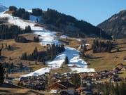 Schnee im Winter wird in vielen Regionen der Schweiz immer seltener und oftmals nur noch aus der Schneekanone anzutreffen sein. (Bild: KEYSTONE/PETER SCHNEIDER)