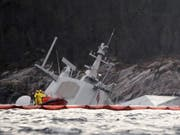 Am Dienstagmorgen ragten nur noch der Radarturm und Teile des Hecks der «Helge Ingstad» aus dem Wasser. (Bild: Keystone/AP/MARIT HOMMEDAL)