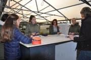 Schülerinnen lassen sich vor Ort über Lehrberufe informieren. (Bild: PD)