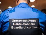 Gegen zwei Mitarbeiter des Tessiner Grenzwachtkorps läuft eine Untersuchung wegen eines Vermögensdeliktes. (Bild: KEYSTONE/PATRICK HUERLIMANN)