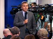 Der US-Fernsehsender CNN hat das Weisse Haus wegen der Aussperrung seines Reporters Jim Acosta (im Bild) verklagt. (Bild: KEYSTONE/AP/EVAN VUCCI)