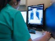 Über die Revision des Tarmed sind sich längst nicht alle Partner im Gesundheitswesen einig. (Bild: KEYSTONE/CHRISTIAN BEUTLER)
