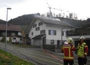Die Feuerwehr beim Löscheinsatz in Rothenthurm. (Bild: Schwyzer Polizei)