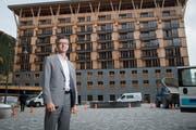 Der CEO der Andermatt Swiss Alps, Franz-Xaver Simmen, vor den Gotthard Residences in Andermatt. (Bild: Boris Bürgisser)