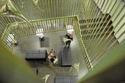 Gülden oder rostig? Die Stimmung unter dem St.Galler Staatspersonal – im Bild das Foyer des Justizdepartements – ist Ansichtssache. (Bild: Ralph Ribi)