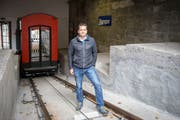 Roland Streule, technischer Leiter der Mühleggbahn, in der Talstation vor der neuen Kabine. (Bild: Raphael Rohner - 13. November 2018)