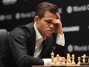 Magnus Carlsen auf der Suche nach dem genialen Zug. (Bild: KEYSTONE/EPA/FACUNDO ARRIZABALAGA)