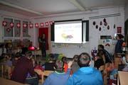 Schüler und Eltern hören sich im Klassenzimmer der Schule Bürglen die kunterbunten Geschichten der Erzählnacht an. (Bild: PD)