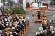 In der Eucharistiefeier dirigiert Ruth Mory-Wigger die Nidwaldner Kirchenchöre. (Bild: Edi Ettlin (Wolfenschiessen, 11. November 2018))