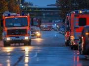 Feuerwehr unterwegs in einem Industriepark im Frankfurter Stadtteil Griesheim. Ein mit einer flüssigen Chemikalie beladener Lastwagen war bei einem Unfall umgekippt. (Bild: Keystone/DPA/ARNE DEDERT)