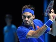 Roger Federer fokussiert den Ball. (Bild: KEYSTONE/EPA/ANDY RAIN)