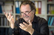 Professor Damian Miller hat ein Buch verfasst, in dem er sich mit Jürg Jegges «Dummheit ist lernbar» kritisch auseinandersetzt. (Bild: Reto Martin)