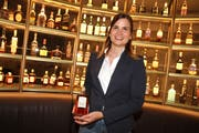 F+B-Managerin Sandra Rombach mit dem «Hotel Uzwil Whisky». (Bild: Philipp Stutz)