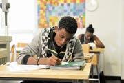 Jugendliche mit dem Ausweis N dürfen die Schule abschliessen, können danach aber keine Lehre beginnen. (Bild: Donato Caspari)