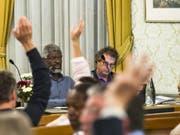 Über die Suspendierung der Gemeinderäte von Vevey, Michel Agnant (links) und Jérôme Christen (rechts), soll nun der Waadtländer Staatsrat entscheiden. (Bild: Keystone/JEAN-CHRISTOPHE BOTT)