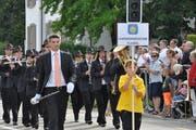 Beim Parademusik-Wettbewerb am Kreismusiktag 2018 in Uzwil spielte die HMF auswendig. Dirigent Michael Müller ist überzeugt, dass sich das Korps ohne Noten besser präsentiert.(Bild: Zita Meienhofer, 16. Juni 2018)