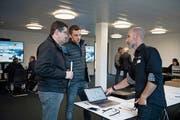 Informationen für «Iheimisch»-Aussteller: Ivan Zumbühl (rechts) informiert zwei Vertreter der Firma Aerolite AG. (Bild: Corinne Glanzmann (Stans, 13. November 2018))