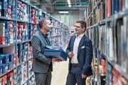 Versandzentrum-Chef Martin Frei (links) und Businesspark-CEO Adrian Sfintesco im Lager von Ochsner Sport. (Bild: Pius Amrein (13. November 2018))