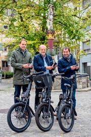 Das Projektteam der Stadt Zug mit dem «AirBie»-E-Bike (von links): Martin Gabriel (Projektleiter Informatik), Dolfi Müller (Stadtpräsident) und Walter Fassbind (Stadtökologe). (Bild: PD)