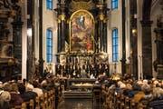 Die Uraufführung der Kantate «Dorothea» mit Jodlerin Nadja Räss (links), den Luzerner Sängerknaben und dem Orchester Santa Maria in der Pfarrkirche Sachseln. (Bild: Roger Grütter (Sachseln, 22. Oktober 2017))