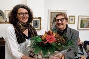 Helga Sandl, Kuratorin des Museums Kunst + Wissen, überreicht Kunsthistorikerin Tildy Hanhart einen Blumenstrauss. (Bild: Thomas Brack)