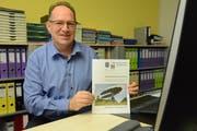 Werner Minder, Gemeindepräsident von Hohentannen, mit der neu gestalteten Broschüre für die kommende Gemeindeversammlung. (Bild: Georg Stelzner)