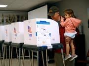 Ein Vater mit seiner Tochter beim Wählen am 6. November auf der Feuerwehrwache Eastport in Annapolis im US-Bundesstaat Maryland. (Bild: KEYSTONE/AP/PATRICK SEMANSKY)