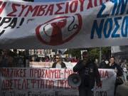 Protestzug streikender Spitalangestellter am Mittwoch in Athen. (Bild: Keystone/AP/PETROS GIANNAKOURIS)