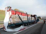 Der Lastwagen hatte im Oberburgtunnel der A2 die Wand touchiert: Der Chauffeur hatte gemäss Polizeiangaben ein medizinisches Problem, er verstarb kurz nach dem Unfall im Spital. (Bild: Kapo BL)