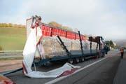 Die Seitenwand des Lastwagens wurde komplett aufgerissen. (Bild: Polizei Basel-Landschaft)