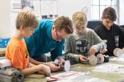 Die Teilnehmer des Zukunftstages konnten bei den Elektroinstallateuren von Dätwyler mit einem Lehrling einen motorbetriebenen Einachser herstellen. (Bild: PD)