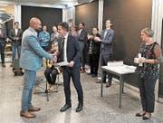 Bildungsdirektor Christian Schäli gratuliert Paul Pillai und übergibt das verdiente Diplom. (Bild: PD)
