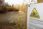 Der Aspiweiher darf nicht betreten werden, weil man sich aus dem dicken Schlick nicht mehr selber befreien kann.
