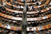 Begehrte Plätze: Blick in den Nationalratssaal. (Bild: KEYSTONE/Peter Klaunzer)