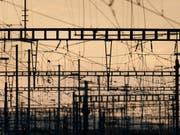 Blieben wegen einer IT-Panne teilweise ohne Strom: Fahrleitungen der SBB. (Bild: KEYSTONE/CHRISTIAN BEUTLER)