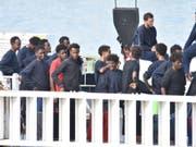 Von der italienischen Küstenwache aufgegriffene Flüchtlinge: Italien hat 2017 eine Rekordzahl an Asylgenehmigungen ausgestellt. 101'000 Ausländer erhielten Asyl. Das waren 16 Prozent mehr als im Vorjahr. Die meisten Asylsuchenden stammten dabei aus Nigeria, Pakistan und Bangladesch. (Bild: KEYSTONE/EPA ANSA/ORIETTA SCARDINO)