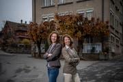 Das Grepper Gemeindehaus (im Hintergrund) ist ihr Ziel: CVP-Kandidatin Judith Lang (links) und SVP-Kandidatin Eliane Reinmann. (Bild: Pius Amrein, 14. November 2018)