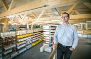 Geschäftsleiter Markus Fischer in der frisch gebauten Halle der Kuratle&Jaecker AG in Märstetten. (Bild: Andrea Stalder)