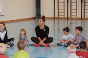 Die Kinder spielen «Fätzli gleit» mit Salomé Kora. (Bild: Elena Fasoli)