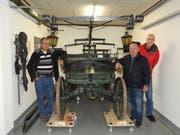 Sie ist der Stolz der Aussteller: die Handdruckspritze, Baujahr 1837. Von links: Erich Lischer, Peter Storz und Beat Gähwiler. (Bild: PD)