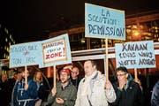 Demonstranten rufen den Genfer Stadtrat Guillaume Barazzone (CVP) zum Rücktritt auf. Bild: Salvatore Di Nolfi/Keystone (Genf, 13. November 2018)