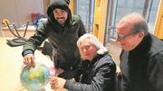 Mulhouser La-Réunion-Touristen: Captain M'tir (mit Kappe), Club-Legende Andrieux und Vizepräsident Daverio (rechts). Bild: Daniel Gerber (Mulhouse, 28. Oktober 2018)
