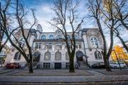 Die sechs Linden auf der Westseite der Tonhalle in St. Gallen werden gefällt. (Bild: Urs Bucher/ 10. November 2018)